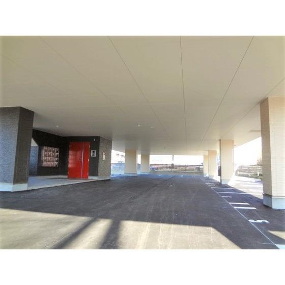 ピロティの駐車場