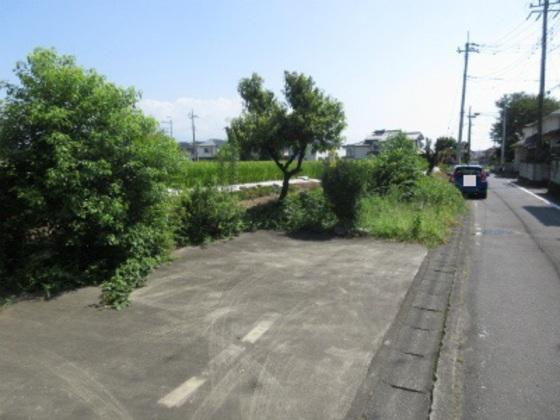 道を挟んで駐車スペースあります